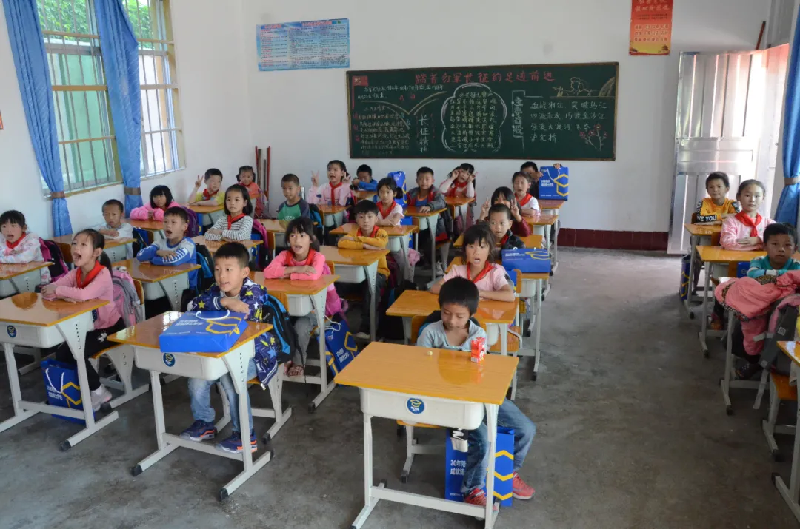 恩村捐献博士有成课桌椅,孩子们都非常喜欢