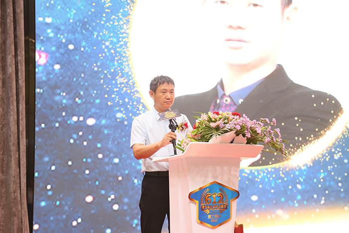 博士有成家具有限公司董事长王洪贵上台致辞