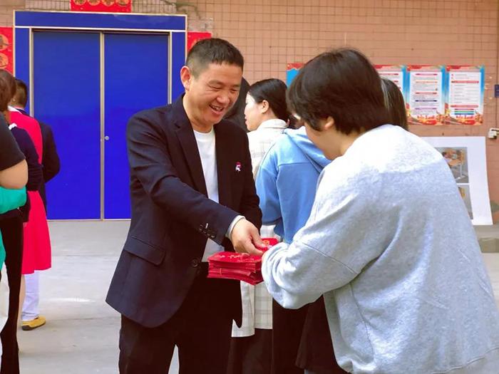 博士有成董事长王洪贵发红包